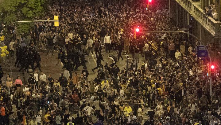Полиция применила силу против участников массовых протестов в Барселоне