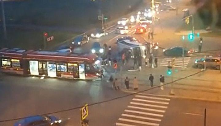 ДТП с маршруткой и трамваем в Петербурге: госпитализированы 15 человек