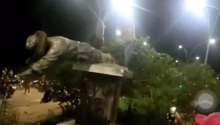 Несогласные с победой Моралеса боливийцы повалили памятник Чавесу