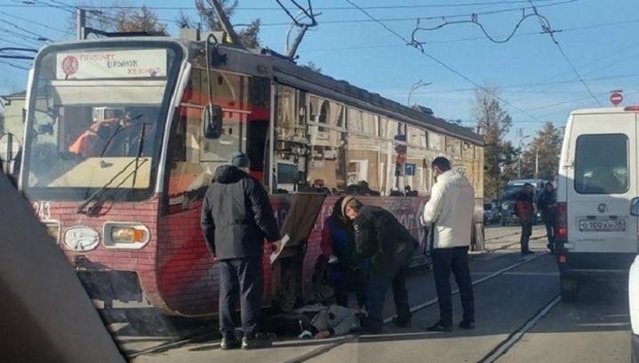 Перебегала на красный: в Иркутске трамвай сбил пешехода
