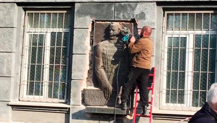В Одессе к приезду генсека НАТО снесли барельеф Жукову со здания военкомата