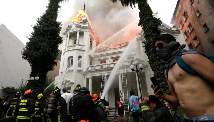 В Чили манифестанты сожгли здание столичного университета
