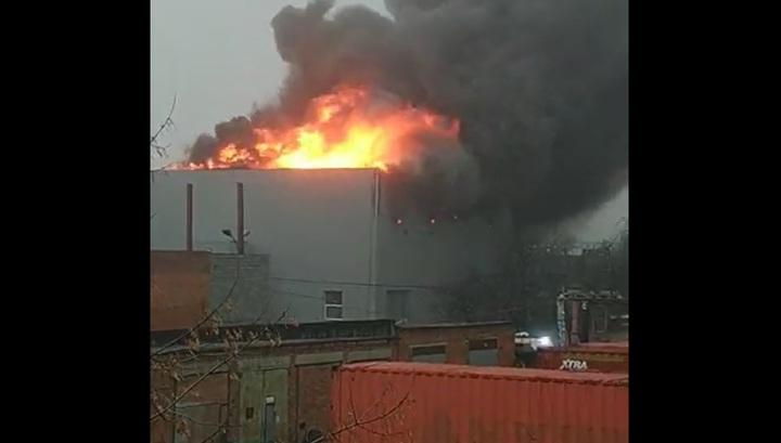 Очевидец снял на видео мебельный цех, загоревшийся в Реутове