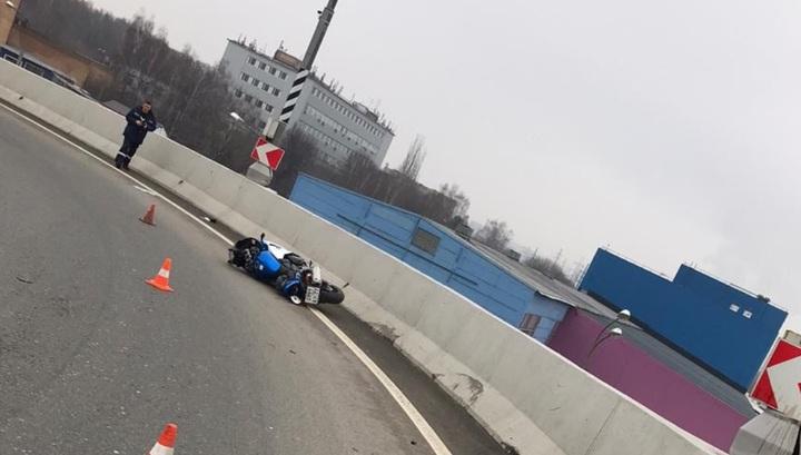 Фатальное падение мотоциклиста с эстакады в Москве попало на видео