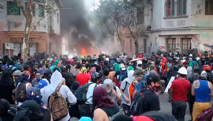 В столице Чили демонстранты подожгли отель и ресторан