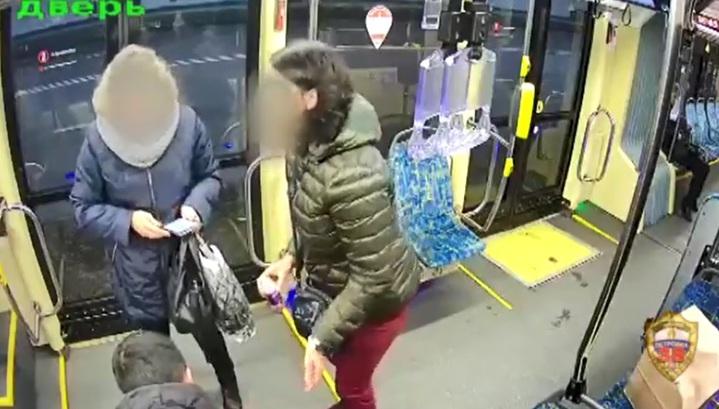 Пьяный мужчина избил беременную пассажирку трамвая на северо-востоке Москвы. Видео