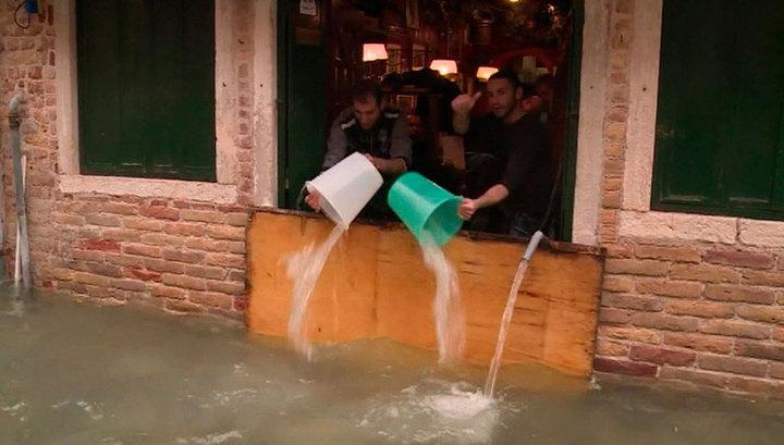 """""""Это катастрофа"""": наводнение парализовало жизнь в Венеции"""
