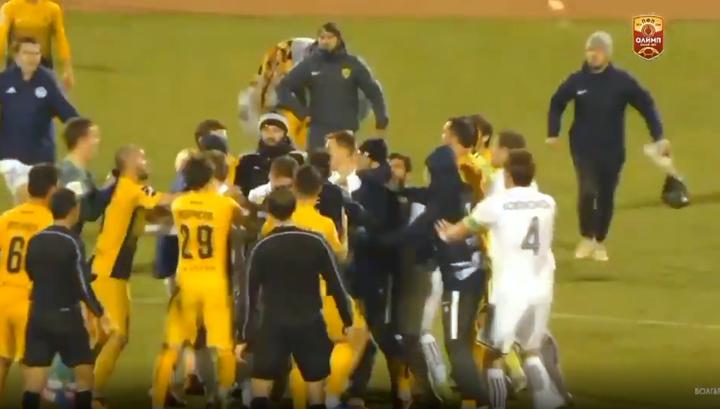 Футболисты устроили массовую драку после матча в Астрахани