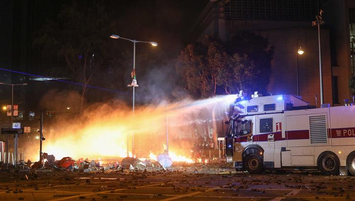 В Гонконге протестующие подожгли университет