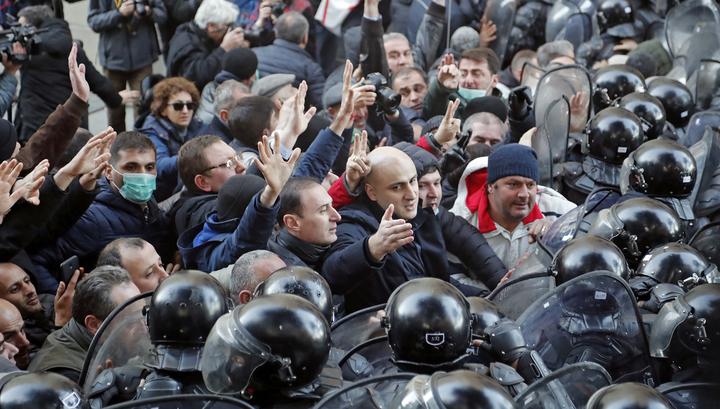 Спецназ разогнал демонстрантов, заблокировавших парламент Грузии
