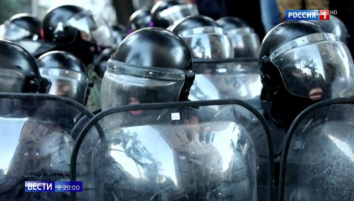 Газ и вода: спецназ расчищает улицу возле парламента Грузии
