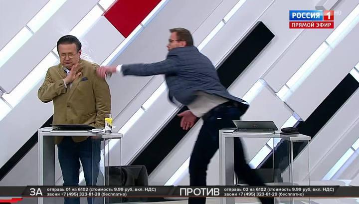Драка экспертов в прямом эфире: украинец отправил в нокаут американца