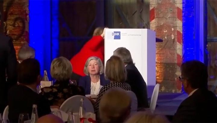 Не увидела ступеней: Ангела Меркель упала во время подъема на сцену