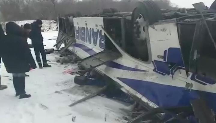 Стало известно о нарушениях перевозчика, чей автобус с людьми упал в реку