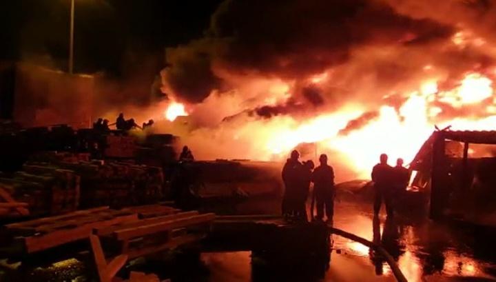 Пожар на складе в Петербурге локализован