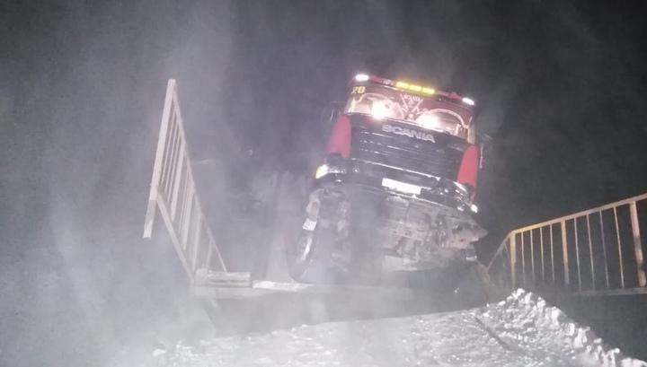 Лесовоз обрушил мост в Иркутской области