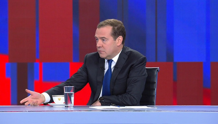 YouTube останется в России, хотя это зависит от политики самой компании, считает Медведев
