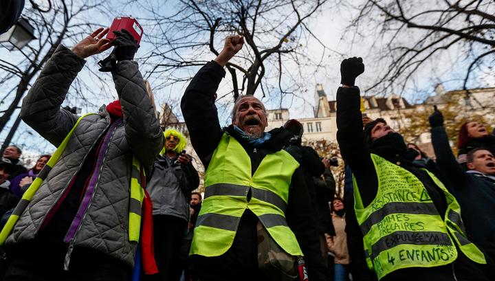 """""""Желтые жилеты"""" начали шествие по центру Парижа"""