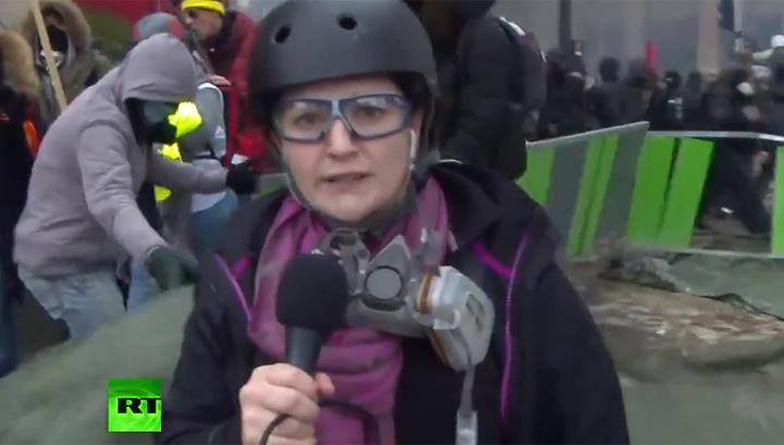 Во время беспорядков в Париже пострадала журналистка RT