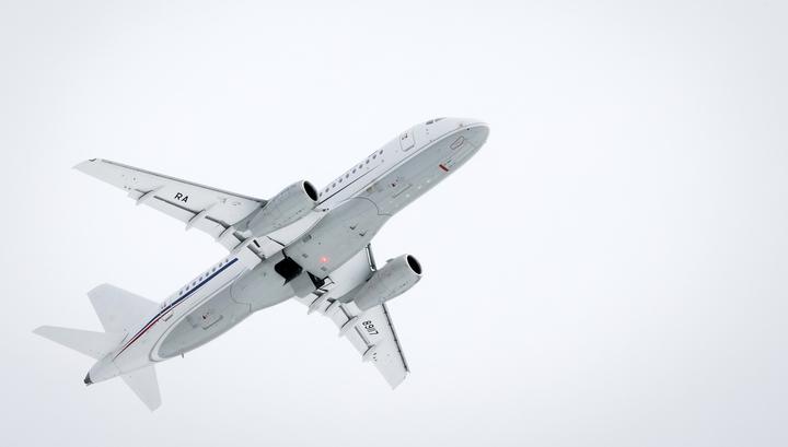 SSJ-100 аварийно сел во Внукове с открытой стойкой шасси