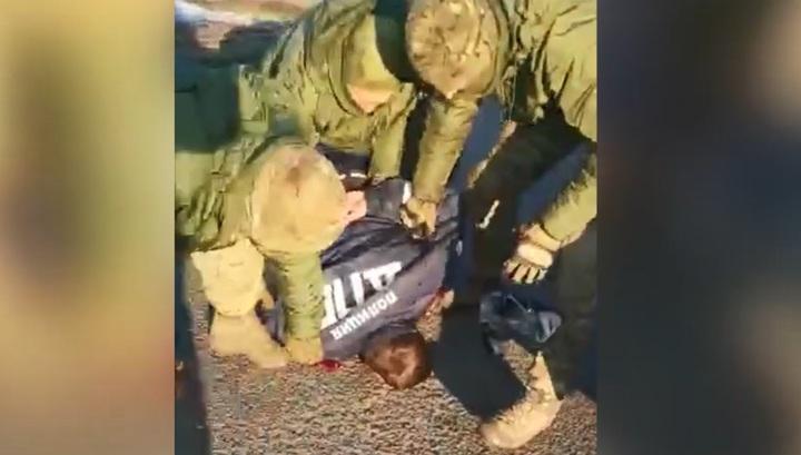 Опубликовано видео жесткого задержания полицейских в Приморье