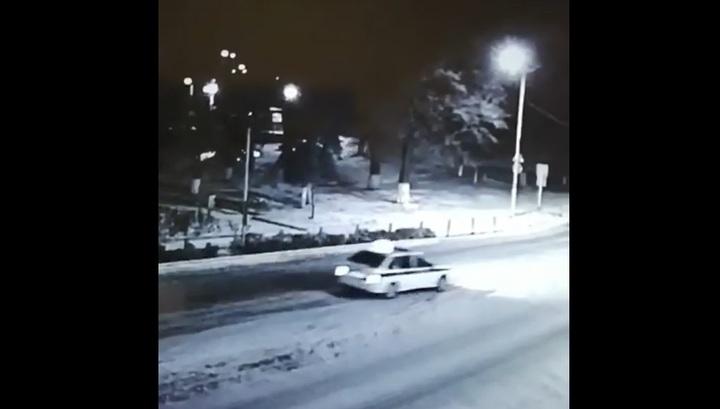 Камера запечатлела инцидент в Ростовской области, где полицейский застрелил мужчину