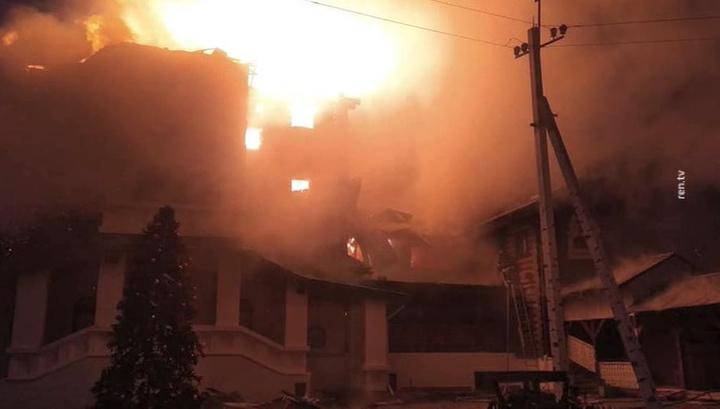 В подмосковной деревне Ромашково горит гостиничный комплекс