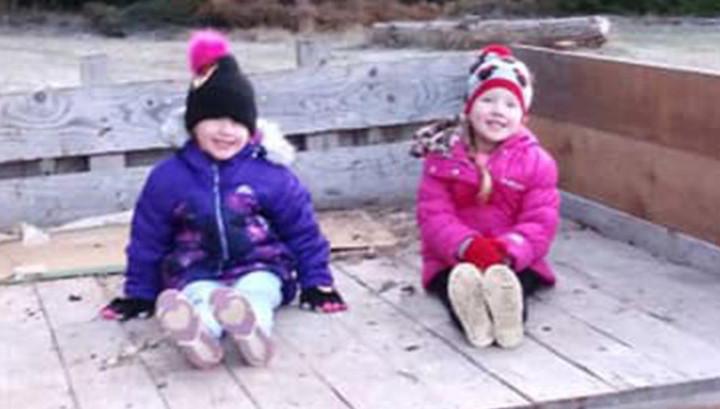 Четырехлетние близняшки босиком добрались до людей после смертельной аварии
