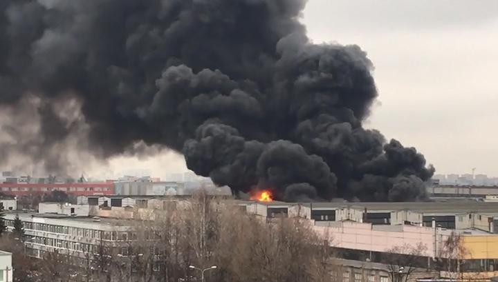 На горящем складе в Москве начали взрываться газовые баллоны