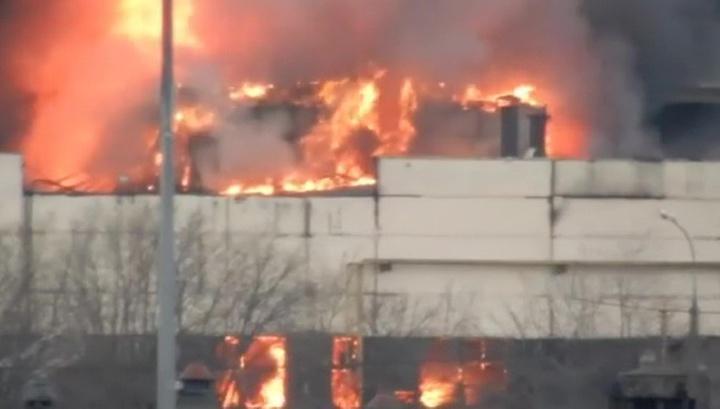 На горящем складе в Москве обрушилась стена