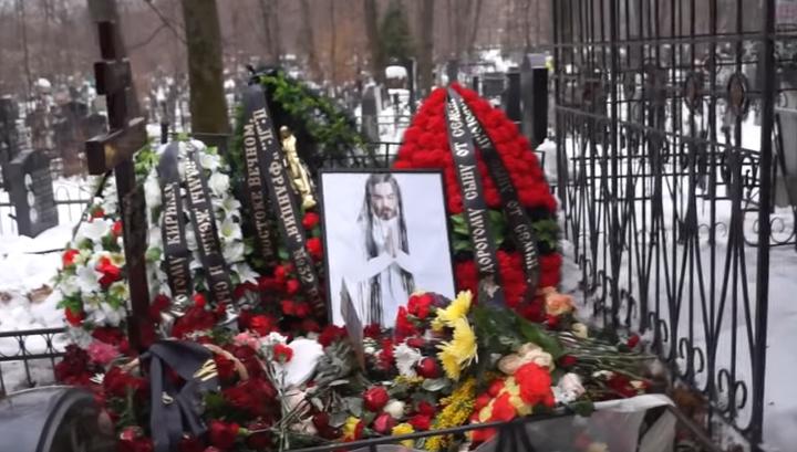 """""""Зачем они это делают"""": в Москве неизвестные сожгли могилу Децла"""