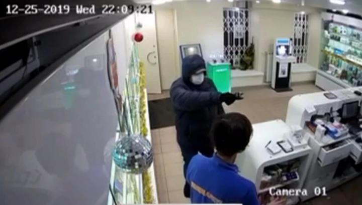 Питерские продавцы разоружили грабителя и отбились от него огнетушителем