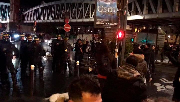 Французские демонстранты выгнали Макрона и его супругу из театра