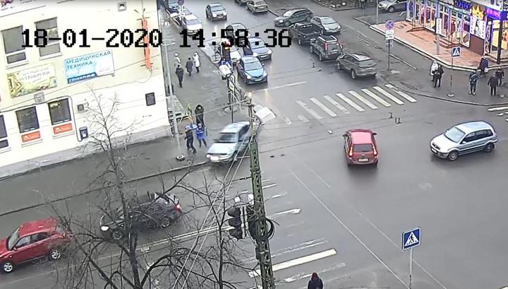 В Карелии машина сбила людей, вылетев на тротуар после ДТП. Видео photo