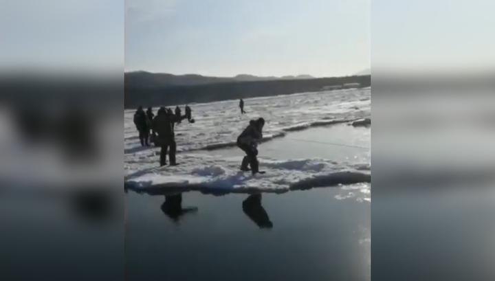 Льдину с сотнями рыбаков оторвало от берега на Сахалине