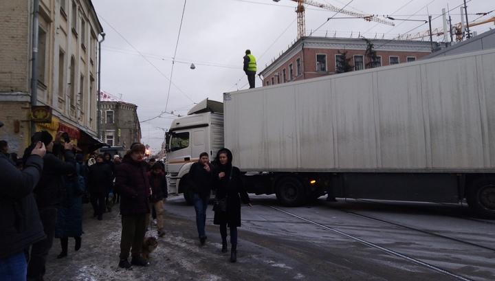 Дальнобойщик убрал фуру с московской улицы, но теперь ему грозит штраф в 300 тысяч рублей