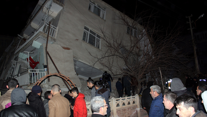 Землетрясение на востоке Турции: 14 человек погибли, более 300 пострадали