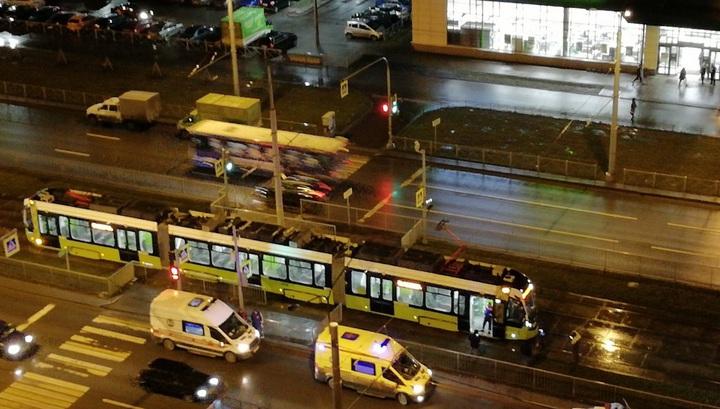 В тяжелом состоянии: трамвай сбил пешехода в Петербурге