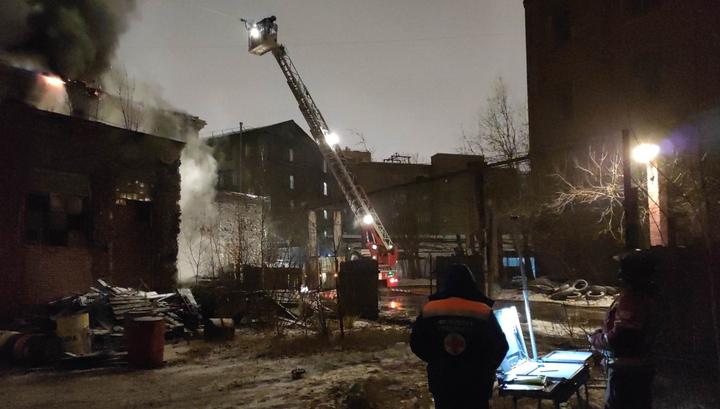 В Санкт-Петербурге горит производственное здание