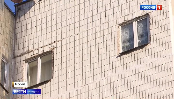 Житель панельного дома, которому не хватало света, прорубил в несущей стене два окна