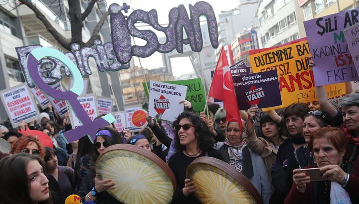 Стамбульская полиция заблокировала дорогу для участниц женского марша
