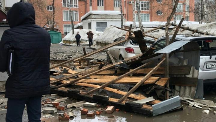 Шквалистый ветер снес крышу шестиэтажного дома в Томске