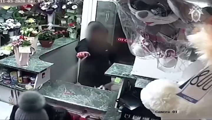 С ножом и газовым баллоном: подросток ограбил цветочную лавку и попал на видео