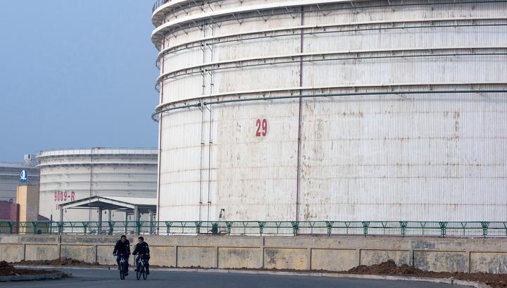 Китай начинает закупать нефть для государственных резервов после обвала цен