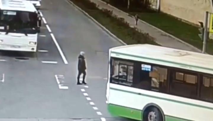 Засмотревшийся на коллегу водитель автобуса сбил женщину на переходе в Пушкине