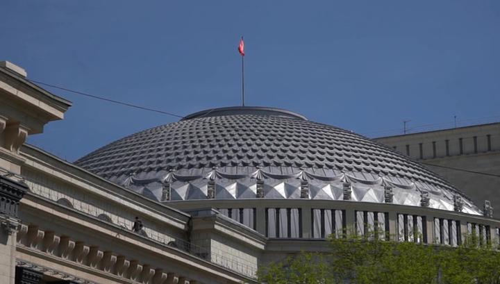 Над театром оперы и балета в Новосибирске подняли знамя Победы