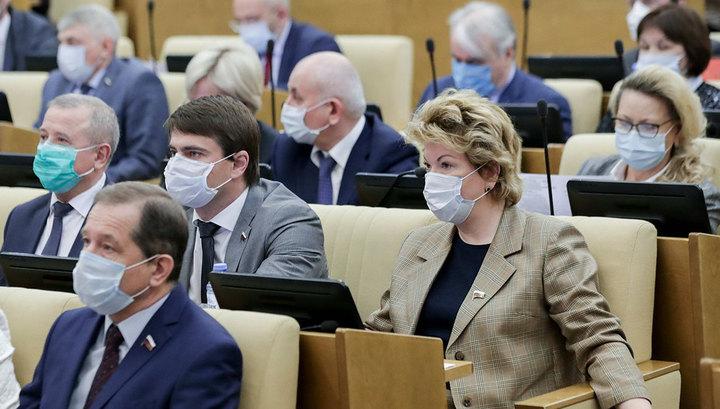 Вести.Ru: Ряд депутатов Госдумы верят, что значки защитят их от вируса
