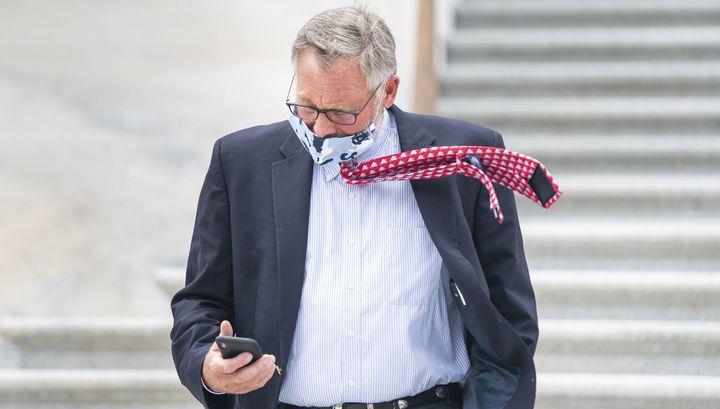 Подозреваемый ФБР сенатор США покинул пост главы комитета по разведке