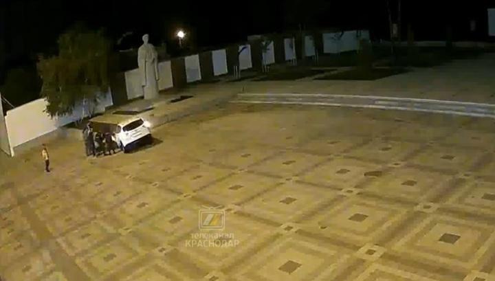 Нарушитель карантина, убегавший от полиции, протаранил мемориал у Вечного огня. Видео