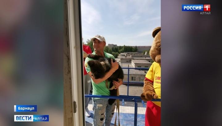 Медвежонок Глаша навестила в больнице детей с коронавирусом
